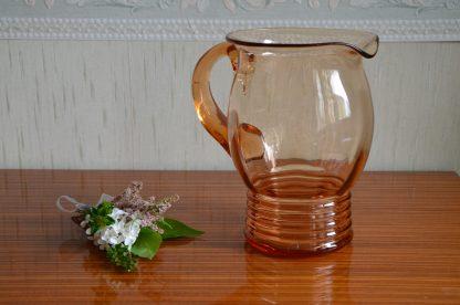 Carafe à orangeade vintage en verre de couleur rose.J'adore cette carafe! Elle est magnifique, élégante et en plus elle n'est pas si lourde qu'elle en a l'air! Elle fait 813 grammes. Je pense que c'est une pièce édité en petit nombre: elle a des défauts dû au travail du verre et des minuscules bulles.