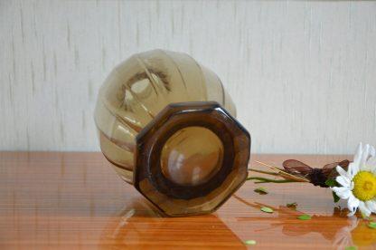 Carafe noir à 16 côté, goulot fin, pied épais hexagonal. Il n'y a plus de bouchon mais cette carafe pourrait parfaitement faire office de vase!