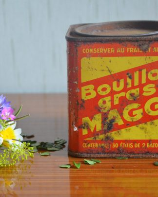 Boite en métal vintage, bouillon gras Maggi. Couleur rouge et jaune. Elle est très rouillée!