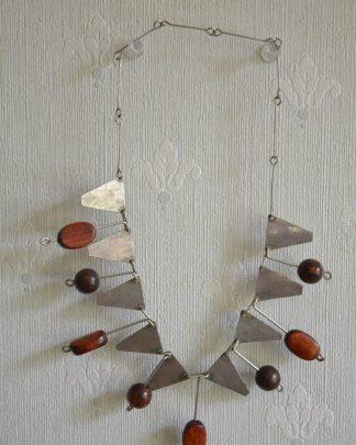 Collier raz-de-cou de style et d'origine africain en bois et en métal.