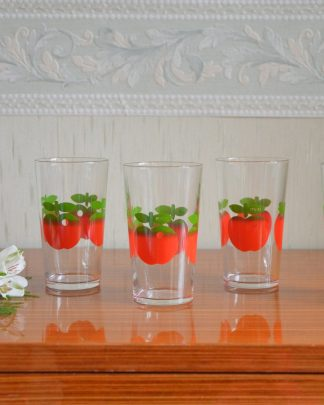Lot de 4 verres Henkel en verre à motif de pomme. Verre de 7.5 cm de haut et 5.5 cm de large.