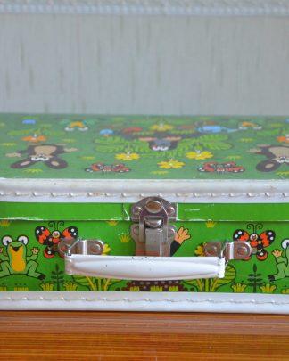 """Valisette en carton """"Le Petite Taupe"""", couleur verte exterieur et blanc à l'intérieur. Anse et fermeture en métal. Acheté à Prague en 2018."""