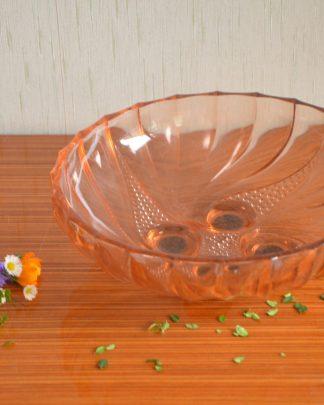 Coupe à fruits rose Description Coupe à fruits rose, motif art déco. La coupe est dotée de 4 petits patins en mousse autocollantes. Je suppose qu'elles ne sont pas d'origine! Le plat fait 1.445 kg pour 26.5 cm de large et 9 cm de haut.