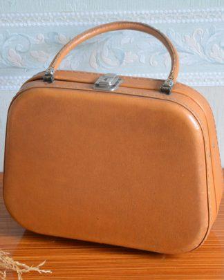 Sac-valisette rigide avec une anse de couleur marron clair. Sac de Pin-Up vintage de 25 cm de haut, 32 cm de large et 13 cm de profondeur.