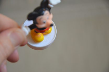Bouchon de tube de bonbons Smarties Nestlé, figurine de Mickey en plastique, 7cm de haut et 3 cm de large. Made in China.