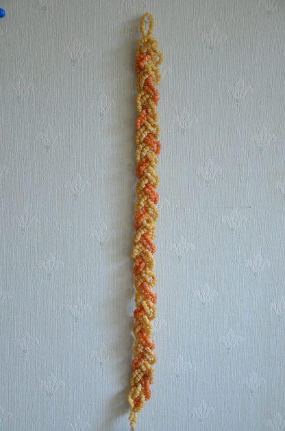 Collier en coquillage en provenance de Tahiti. Il y a plusieurs rangs de coquillages de différentes couleurs qui sont tressés entre eux. Ce collier a au moins 35 ans.