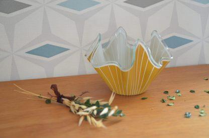 Vase mouchoir en verre à rayures verticales caramel et blanc.Fabriqué par la firme britanniqueChance Brothers, ce modèle s'appelleCordonet a été introduit en 1961. Montré dans l'excellent livreChance Expressionsde David P. Encill, page 102.