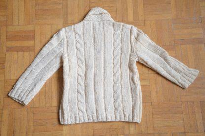 Gilet en laine pour enfant couleur crème, tricoté à la main, bouton en bois