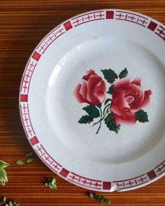 Assiette de la manufacture de Digoin et Sarreguemines collection Saverne . Motif de fleursvrose, marli de motif rose.