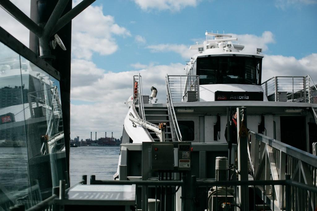 Le ferry qui mène vers Roosevelt Island et Astoria.