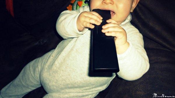 bebe-mange-telecommande