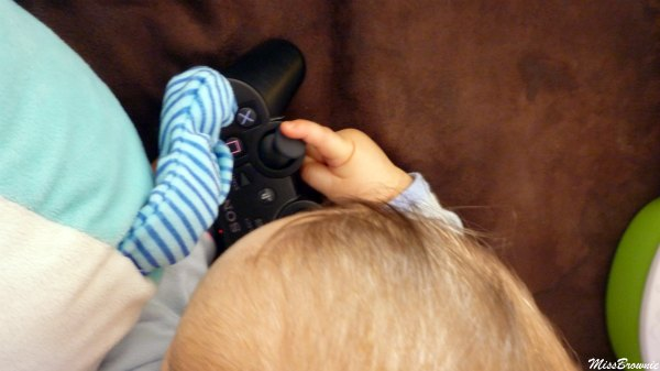 bebe-joue-a-la-console