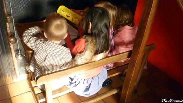 4-enfants-assis-a-un-bureau