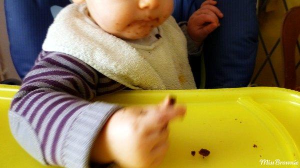 bebe-mange-gateau-chocolat
