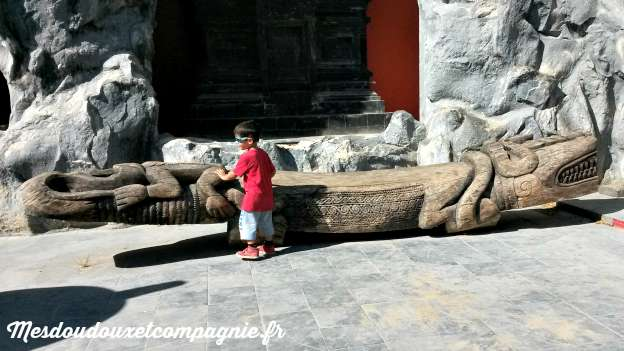 gros crocodile en bois