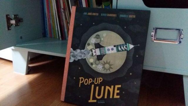 livre enfants curieux pop up lune