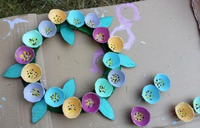 couronne de fleurs boite à oeufs à faire avec élèves
