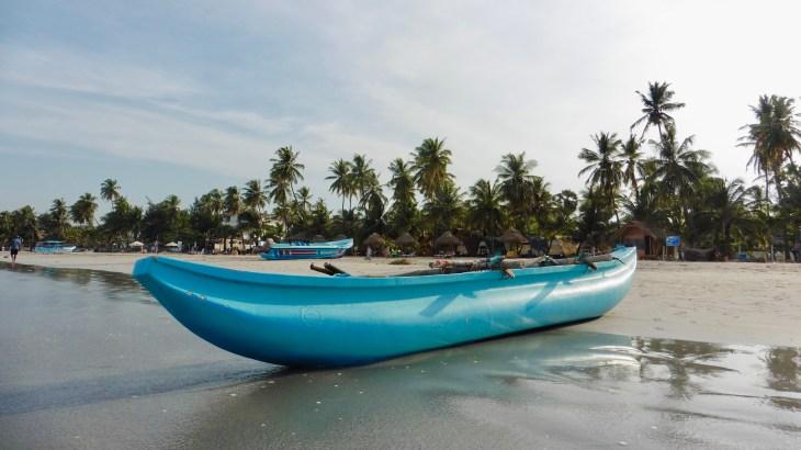 Une barque bleue accostée sur la plage de sable blanc de Trincomalee