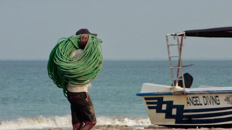 La plage d'Uppuveli à Trincomalee, un pêcheur avec sa corde