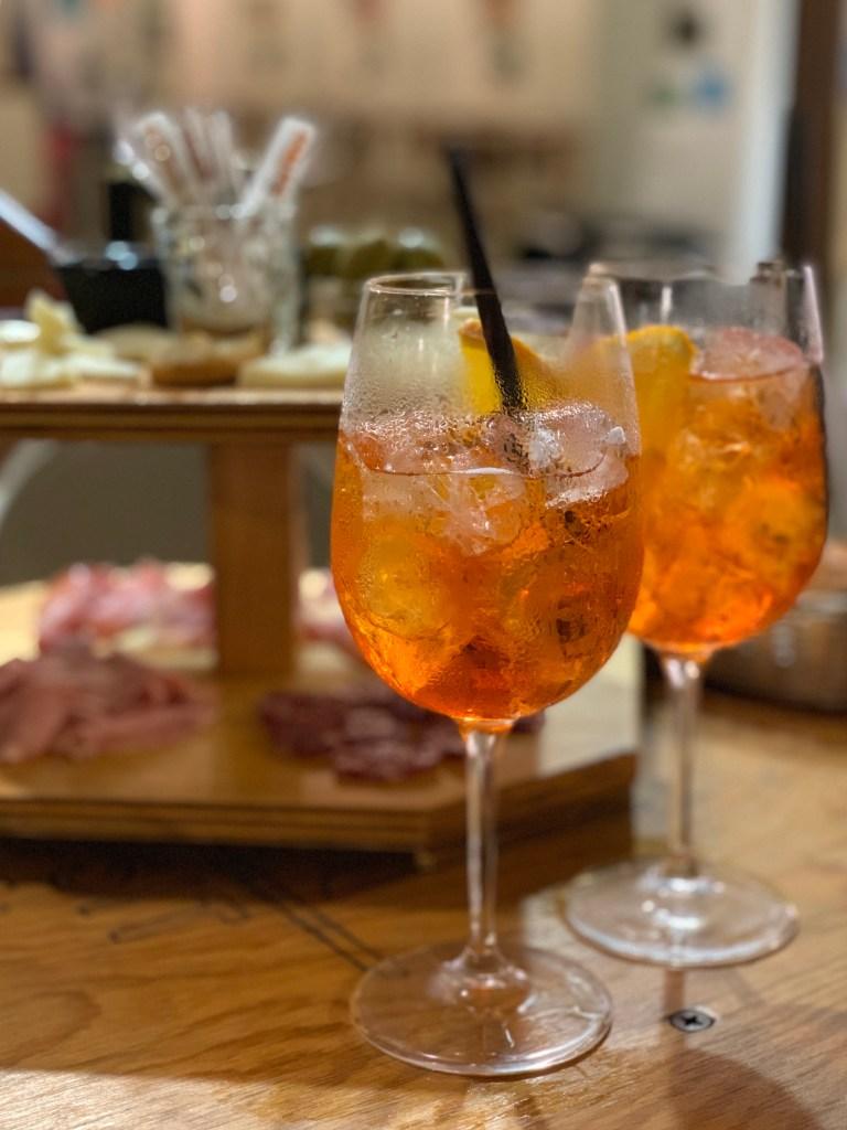 Aperitivo cocktail et planches de charcuterie et fromages chez Prosit à Trapani.
