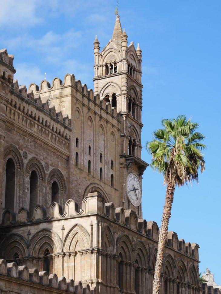La Cathédrale de Palerme et ses palmiers.