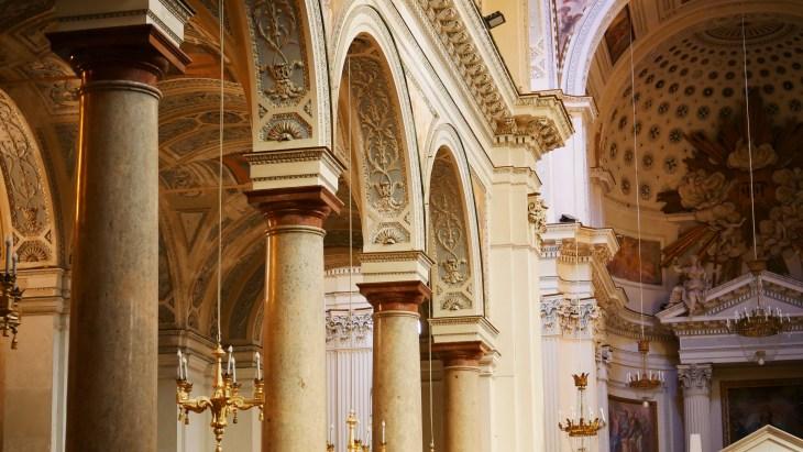 La belle cathédrale de Trapani et ses colonnes.