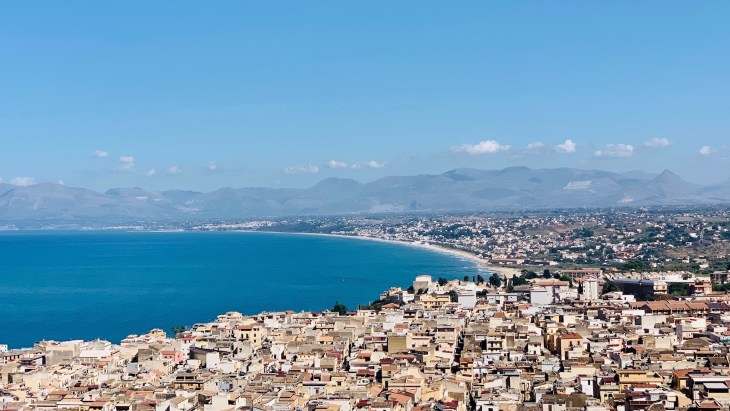 Une jolie vue sur le village de Castellammare Del Golfo sur la route en partance vers San Vito Lo Capo.