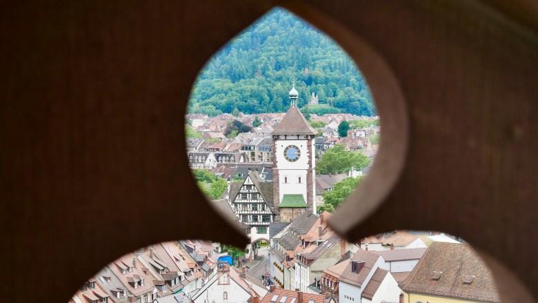 En montant dans la tour de la cathédrale de Fribourg, on a vue sur la ville.