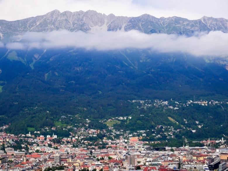 Vue sur Innsbruck et les montagnes en arrière plan depuis le tremplin du saut de Bergisel