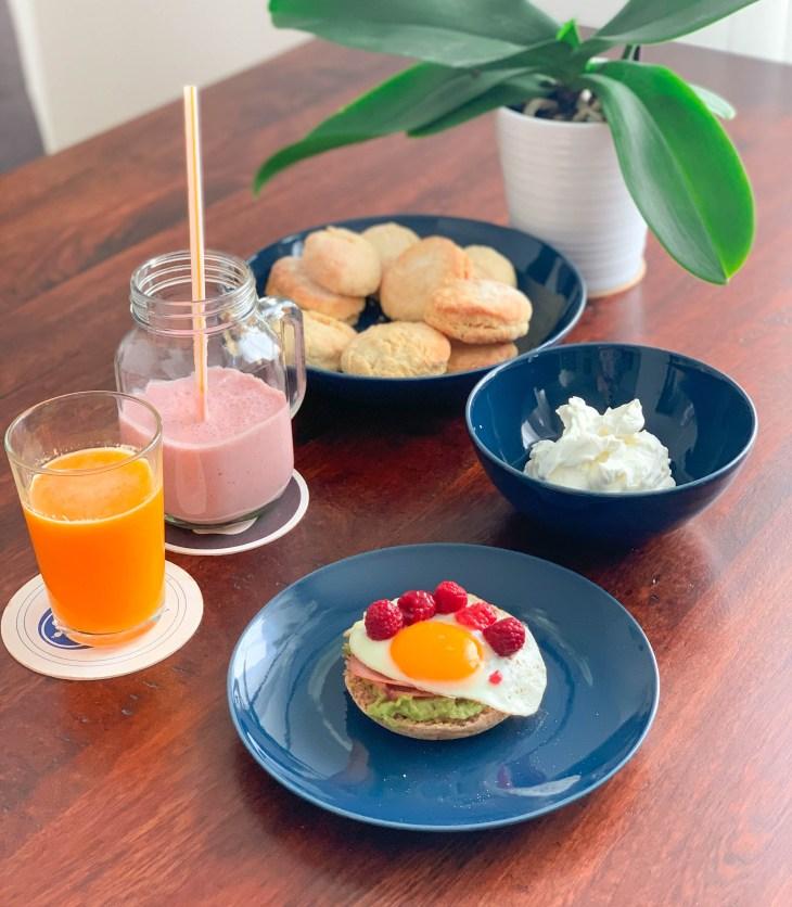 Avocado toast & muffin anglais, oeuf au plat, scones anglais et crème chantilly