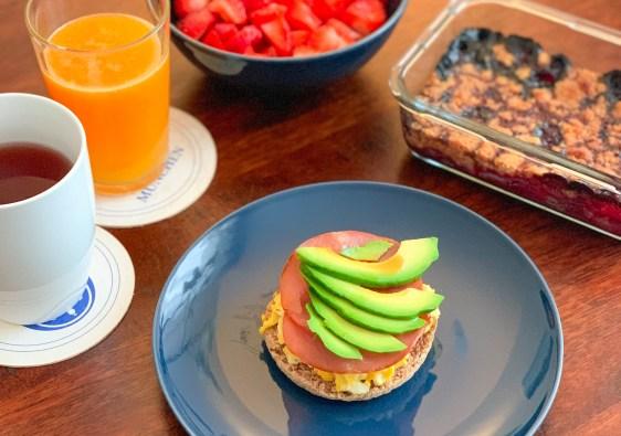 Avocado toast avec bacon et oeufs brouillés, crumble framboise