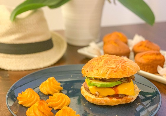 Le cheeseburger suprême avec bacon et avocat, recette