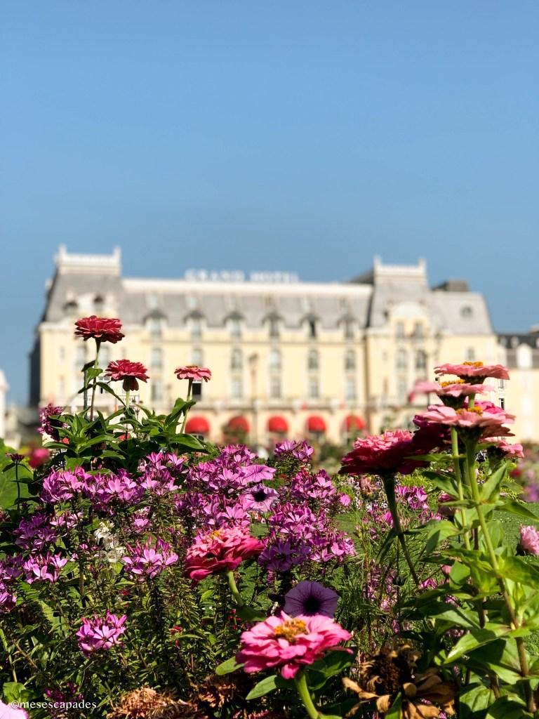 Les jardins du Casino face au Grand Hôtel de Cabourg
