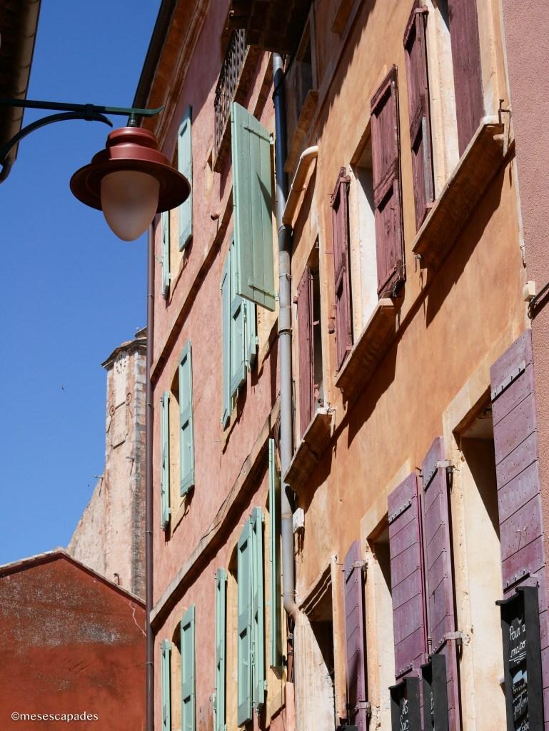Maisons et volets colorés à Roussillon