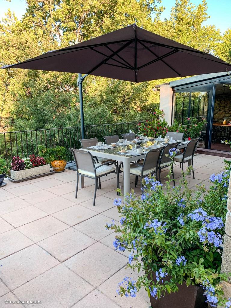 La terrasse pour prendre le petit-déjeuner au Mas Auroma