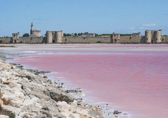 Les salins d'Aigues-Mortes avec leurs remparts