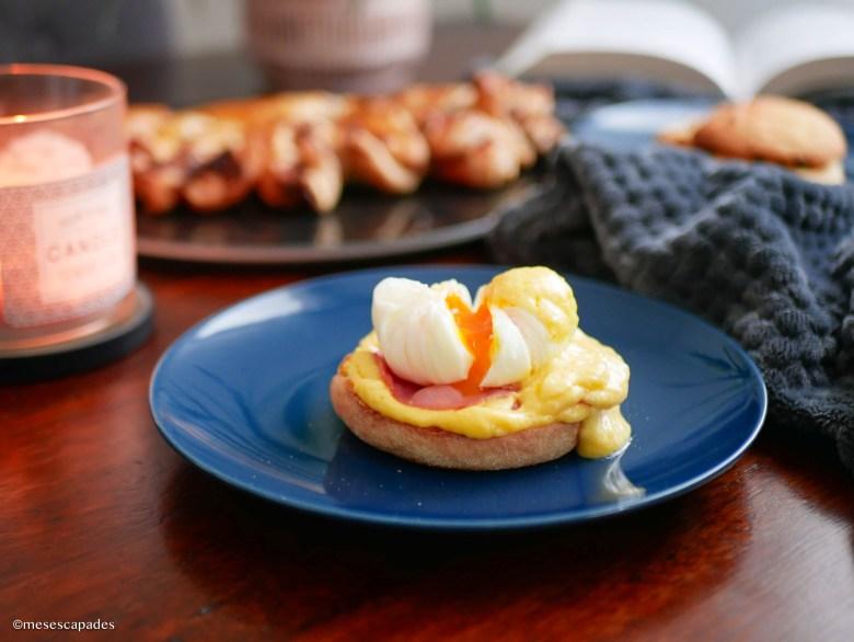 Muffin anglais avec oeufs pochés sauce hollandaise