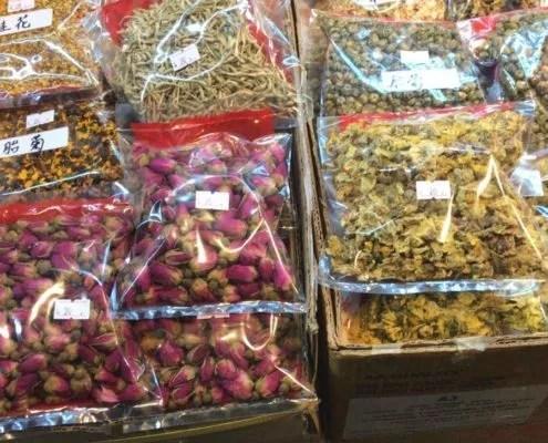 fleurs séchées sur un étal de marché chinois