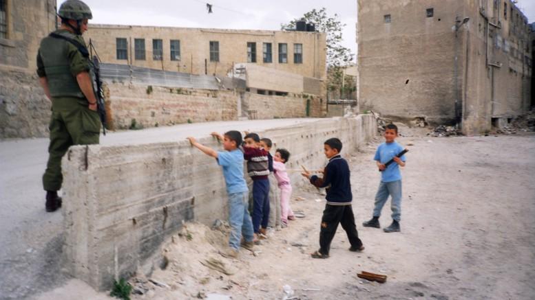 Een Israëlische soldaat in de Palestijnse gebieden. Beeld: Breaking the Silence