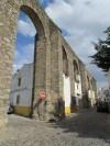 Evora - Acqueduc de l'eau d'argent, les maisons s'appuient sur les arcs