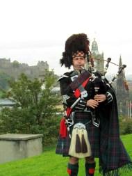 Edimbourg - Calton Hill, joueur de cornemuse