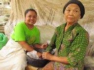 Yogyakarta - Marché traditionnel 'Beringharjo', fabrication de pillules