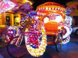 Malacca - Au hasard des rues, 'Trishaw' de nuit, les plus kitch de Malaisie