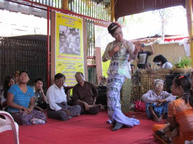 Environs de Mandalay - Amarapura - Festival 'Nat Pwe' (festival des esprits), danse