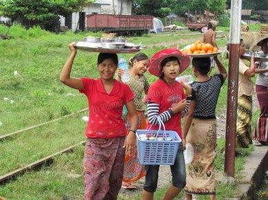 Voyage en train entre Mandalay à Myitkyina, vente de nourriture