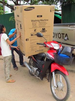 Vientiane - Au hasard des rues, machine à laver sur scooter_'tout est possible'