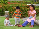 Vientiane - emple 'Vat Pha That Luang', enfants qui jouent
