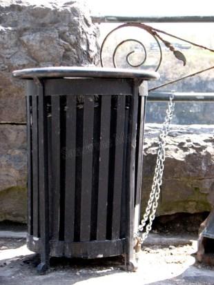 Les chutes du Niagara, poubelle enchaïnée