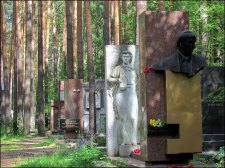 Yekaterinbourg - Cimetière Shirokorechenskoye Kladbishche, dit cimetière de la mafia, Anna Nikolaïevna Bytchkova (statue blanche)