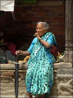 Katmandou - Durbar Square, au hasard des rues, petite dame fumant